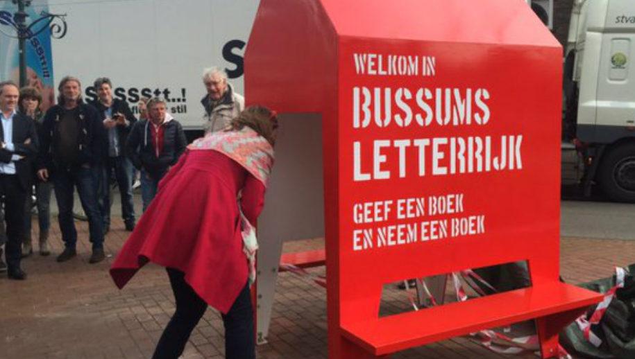 De bukbieb in Bussum: een mooi initiatief om gratis boeken te lenen en uit te wisselen.